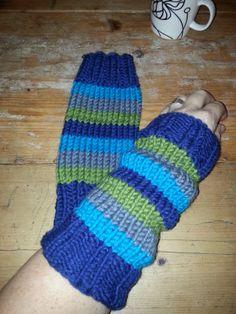 Gebreide beenwarmertjes (recht-avenrecht) en afgezet met een tricot boord.