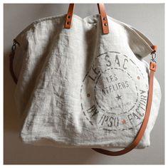 Modèle Unique :Grand sac Cabas confectionné dans un lin Couleur Ficelle, grand pochoir création Ipso Factory.Les deux cotés du sac, devant et dos, ont la même impression.Ce sac est de grande contenance, idéal pour la plage, le marché ou comme sac WE, il se ferme grâce à une pression intérieureLa doublure est réalisée dans une toile de lin enduit, ce qui donne une grande tenue au sacLa face cachée de la doublure est le coté enduit de caoutchoucA l'...