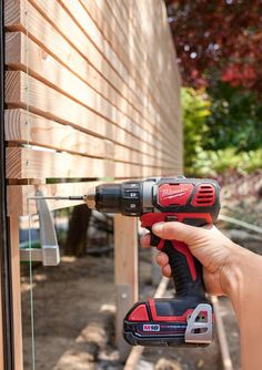 Build your own privacy screen out of wood - Attach crossbars with the cordless screwdriver Informations About Sichtschutz aus Holz selber bauen - Indoor Garden, Outdoor Gardens, Home And Garden, Garden Tips, Vegetable Garden, Backyard Fences, Backyard Landscaping, Diy Fence, Fence Design