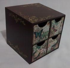 Caixa em mdf, com pintura e decoupagem de borboletas. <br>Possui 4 gavetas. <br>Pode ser usado como porta chá, porta jóias,organizador para mesa de escritório, porta objetos, e tudo o mais que sua imaginação permitir. <br>Faço também em outras cores e temas - consulte a possibilidade.