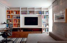 A estante, criada pelo arquiteto Maicon Antoniolli, ganhou caixas cor-de-laranja para a sala/escritório do apartamento de 96 m² na Vila Olímpia
