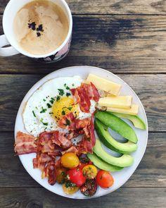 LCHF morgenmad - striks LCHF /keto - find mange forslag her: Keto Breakfast Muffins, Keto Breakfast Smoothie, Breakfast Plate, Breakfast Recipes, Breakfast Ideas, Comida Keto, Dinner Is Served, Perfect Breakfast, Lchf