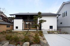 モダン和風 和瓦と漆喰壁のコントラストが最高に マッチしています。(明日香の家) 奈良県橿原市・木の家・秦建築