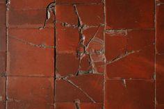 Comment faire le nettoyage d'un sol en tomettes anciennes : http://www.travauxbricolage.fr/travaux-interieurs/revetements-sol/nettoyage-sol-tomettes-anciennes/