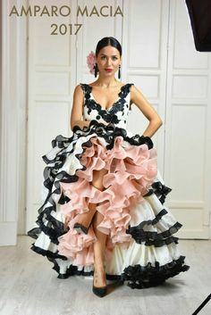 Amparo Macia 2017 Gorgeous, sleeveless black and white dress with soft baby pink lining. Just lovely. Flamenco Costume, Flamenco Skirt, Flamenco Dancers, Flamenco Dresses, Flamingo Dress, Spanish Dress, Ballroom Costumes, Spanish Fashion, Latin Dance Dresses