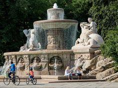 Wittelsbacher Brunnen am Lenbachplatz in der Münchner Altstadt ist im Sommer besonders schön anzusehen. Zum Abend hin wird der Wittelsbacher Brunnen zusätzlich bereutet was diesen Ort zu einem wunderbaren Ruhepunkt werden lässt.