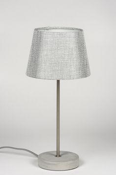 Artikel 11077 Moderne en strakke tafellamp voorzien van een grijze stoffen kap en een stoere betonnen voet. Voorzien van een schakelaar aan het grijze strijkijzersnoer.http://www.rietveldlicht.nl/artikel/tafellamp-11077-modern-eigentijds_klassiek-landelijk-rustiek-zilvergrijs-stof-rond