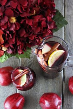 Spiced Apple Cider Sangria filled with hints of orange, cinnamon, and clove.so warm and inviting - this has nothing to do with your wedding it just sounds delicious. Apple Cider Sangria, Spiced Apple Cider, Spiced Apples, Fall Sangria, Sangria Mix, Christmas Sangria, Vodka Drinks, Yummy Drinks, Alcoholic Drinks