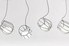 Ces petits paniers en fils métalliques abritent une ampoule de verre, véritable boule lumineuse créant comme un berceau de lumière. On doit ces suspensions au designer espagnol, Martín Azúa. Cette masse de lumière à l'intérieur du panier métallique semble comme flotter au-dessus de nous. Suspendues à l'aide de ficelles invisibles. La lampe est disponible en 3 tailles différentes et fait partie d'une édition limitée de cinq mille unités. Prix: 380€.