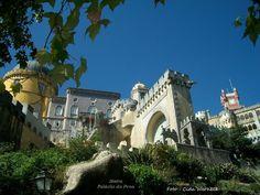 O Palácio da Pena, em Sintra,Portugal. Ocupa o topo de uma rocha. Ao redor uma grande área verde, o Parque da Pena. Deste ponto se segue a pé por uma íngreme rampa que leva até o arco de entrada que aparece na foto. Foto : Cida Werneck