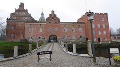 Broholm Slot, Fyn -  Broholm er en gammel sædegård, som nævnes første gang i 1326. Gården ligger på Sydøstfyn i Gudme Sogn, Gudme Herred, Svendborg Kommune. Hovedbygningen er opført i 1642, om- og tilbygget i 1839, 1856, 1895 og 1905.
