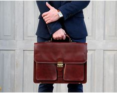 European hand-crafted vegetable tanned Italian leather executive briefcase with extra lined zipped laptop compartment for devices up to 15 inches. Leather Notepad, Leather Laptop Case, Leather Notebook, Laptop Messenger Bags, Laptop Bag, Laptop Briefcase, Briefcase For Men, Leather Briefcase, Leather Bags Handmade
