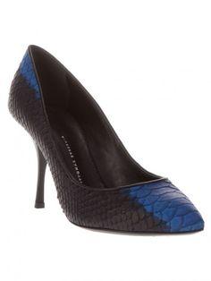 Eu amo, adoro scarpins. é um dos meus modelos de sapatos preferidos, pois são chiques e atemporais. E como independem de estação ou modismos, fiz aqui uma seleção de alguns de meus modelos preferidos, e o que é melhor, por serem da coleção outono/inverno do hemisfério norte, estão com descontos de até 70% e com …