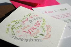 """Mots d'Amour - Faire Part de Mariage - Faire part fleur couleur rose, vert, bleu, gris  avec image et motif coeur, mot, crayon pour theme amour, tendre, spontané, romantique   """"Mots d'Amour"""" : faire-part papier Poussière de Lune, invitation papier Blanc Glacier, enveloppes fuchsia et chocolat Texte intérieur du faire-part """"Mots d'Amour"""", papier Poussière de Lune Typographie du modèle """"Mots d'Amour"""""""