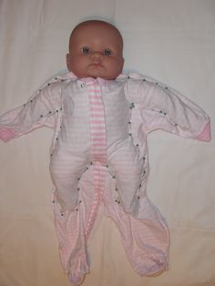 Obsessiv nähen: Babykleidung zu Puppenkleidung – TUTORIAL Das funktioniert tota… Sewing obsessively: baby clothes to doll clothes – TUTORIAL That works totally! Especially from my favorite (but mature) baby PJs in … – Sewing Doll Clothes, Sewing Dolls, Girl Doll Clothes, Girl Dolls, Diy Clothes, Baby Dolls, Dolls Dolls, Barbie Clothes, 12 Inch Doll Clothes