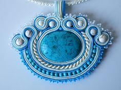 Ciondolo Soutache con pietra centrale turchesa, perle bianche Swarovski, perle in howlite bianche, perle in turchesa, perline Preciosa e perline Toho