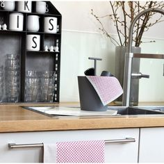 Weg mit den ollen Lappen - her mit den coolen Prints von Kiss my kitchen für neues Styling in Küche und Bad! Und das Beste: Die Schwammtücher sind auch noch umweltfreundlich! Die Putztücher sind (mehrmals im oberen Fach der Spülmaschine ) waschbar, kompostierbar und somit nachhaltig! #küche #kitchendesign #skandinavischwohnen #scandinaviandesign #scandinavianinterior #skandinavischesdesign #hygge #hyggelig #skandi #scandi Kitchen Interior, Bad, Shelves, Inspiration, Home Decor, Scandinavian Design, Kitchen Dining Rooms, Sustainability, Ad Home