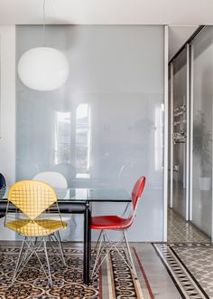 Barcelona apartment renovation by Narch revealing mosaic floors Interior Simple, Interior Design, Interior Ideas, Barcelona Apartment, Small Dining Area, Journal Du Design, Glass Top Dining Table, Apartment Renovation, Colorful Chairs