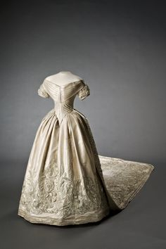 This is a pre-crinoline dress with a skirt possibly made into a column by the bulk of the train. It has no over-skirt or flounces and its lace trim, if used, did not survive into the next two centuries. Vintage Outfits, Vintage Gowns, Vintage Mode, Vintage Bridal, Court Dresses, Royal Dresses, Royal Wedding Gowns, Wedding Dresses, Royal Weddings
