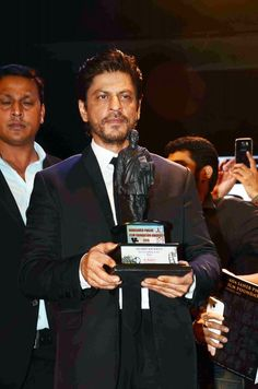 Shah Rukh Khan won a Dadasaheb Phalke Film Foundation Award for his performance in Happy New Year. Read here to know what he had to say http://www.buzzintown.com/bollywood-news--shah-rukh-khan-awarded-happy-new-year/id--11369.html  #Bollywood