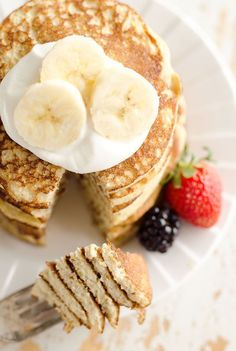 Light & Fluffy Banana Protein Pancakes are a healthy breakfast with five simple ingredients that taste amazing and fill you up! Egg whites, protein powder and ripe bananas make up these low-fat and low-carb pancakes, for a complete and wholesome meal unde Banana Protein Pancakes, Low Carb Pancakes, Low Carb Breakfast, Healthy Breakfast Recipes, Healthy Recipes, Tasty Pancakes, Homemade Pancakes, Pancake Recipes, Buttermilk Pancakes