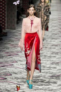 Alessandro Michele Mixes the Familiar with the Unfamiliar for Gucci Spring 2016 A look from Gucci's spring 2016 collection. Photo: Imaxtree.<br> And we're all obsessed. London Fashion Weeks, Fashion Week Paris, Milano Fashion Week, Spring Fashion, Milan Fashion, Style Haute Couture, Couture Mode, Couture Fashion, Runway Fashion