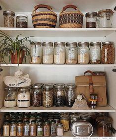 Eco Tip of the Week: How To Organise Your Pantry With Glass Jars – Seed Öko-Tipp der Woche: So organisieren Sie Ihre Speisekammer mit Gläsern – Seed Kitchen Jars, Modern Kitchen Cabinets, Kitchen Pantry, Kitchen Decor, Kitchen Storage Jars, Pantry Room, Kitchen Modern, Kitchen Interior, Kitchen Ideas
