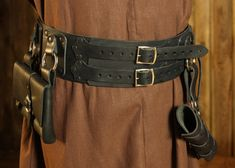 A fantastic medieval style broad belt, made of 3-3.5mm veg tan leather, 10cm/4 inches wide. There are leather scales of the same thickness riveted to the belt giving a very mighty look. We have added 2 snap-hook rings (inner diameter...