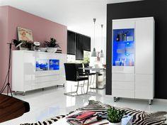 Erfüllen Sie sich Ihren langgehegten Traum eines hochmodernen und sehr komfortablen Wohnzimmers. In diesem Raum besticht die außergewöhnliche Wandgestaltung aus den gegensätzlichen Farben Rosé und Schwarz. Doch keine Angst, eine schwarze Wand richtig kombiniert wirkt nicht erdrückend, sondern sehr edel und zeitlos. Hinzu kommt der Einsatz von strahlend weißen funktionalen Möbeln, die die Stimmung auflockern. Auch durch die großzügige Fensterfront und den weißen Fliesenfußboden wirkt der…