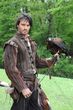 Falconry was such an important part of medieval life. Everyone from the common folk (who used hawks to catch food) to lords and ladies (who had expensive, exotic birds) practiced falconry for different reasons. Fantasy Inspiration, Story Inspiration, Character Inspiration, Renaissance, Larp, Gn, Medieval Costume, Fantasy Costumes, Cosplay