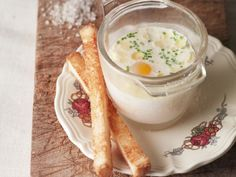Eier aus dem Ofen nach französischer Art (Oeuf Cocotte) ist ein Rezept mit frischen Zutaten aus der Kategorie Spiegelei. Probieren Sie dieses und weitere Rezepte von EAT SMARTER!