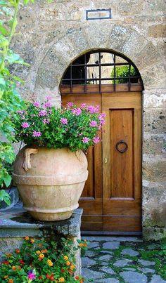 De madera y herrería en una fachada de piedra