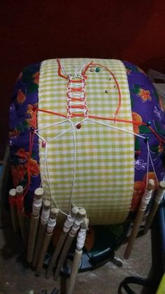 Trencilla de enjaretar Bobbin Lacemaking, Sisters, Crochet, Ideas, World, Wire Wrapping, Snow White, Sewing Crafts, Pillows