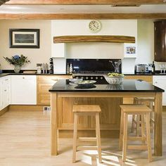 Kitchen colors with oak cabinets will goes more effectively with neutral colors, darker colors, and pastels. Kitchen colors with oak cabinets may not be as many Kitchen Decor Themes, Kitchen Colors, Kitchen Ideas, Nice Kitchen, Kitchen Pictures, Kitchen Designs, Diy Esstisch, Pallet Dining Table, Oak Kitchen Cabinets