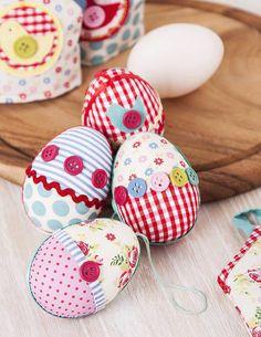 Idee: Eier mit Stoff und Knöpfen verschönern