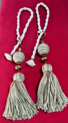 Sujeta cortinas Yarn Crafts, Diy And Crafts, Arts And Crafts, Diy Tassel, Tassels, Passementerie, Rustic Industrial, Wooden Beads, Boho Decor