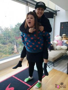 GOT7's Jackson and Lee Kuk Ju give each other piggyback rides!