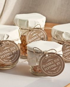 Simple Gift: Popcorn In A Jar - Party Inspiration - Food and drink Wedding Favours Muslim, Wedding Favor Sayings, Popcorn Wedding Favors, Popcorn Favors, Indian Wedding Favors, Wedding Favours Luxury, Homemade Wedding Favors, Edible Wedding Favors, Rustic Wedding Favors