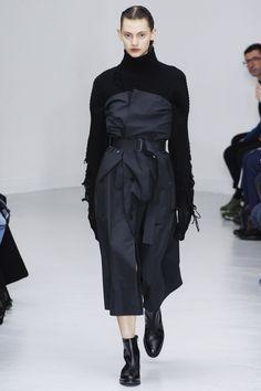 Yang Li Fall 2016 Ready-to-Wear Collection Photos - Vogue Avangard Fashion, Fall Fashion 2016, Fall Fashion Trends, Dark Fashion, Minimal Fashion, I Love Fashion, Fashion Details, Fashion Show, Autumn Fashion