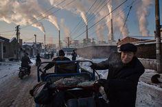 R5. WPP: Kevin Frayer;hombres empujan un triciclo cerca de una planta térmica de carbón en Shanxi.  #CA0911 #RetoVisual0911