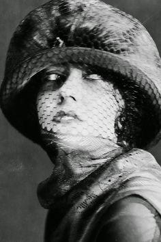 Légende originale vers 1925, actrice américaine Gloria Swanson (1899-1983) portant un chapeau avec un voile couvrant son visage.