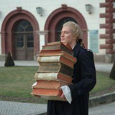 Schiller met een stapeltje van zijn geliefde boeken