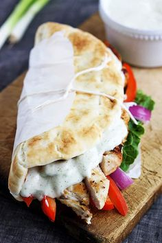 Easy Chicken Gyros with Tzatziki Sauce 23 Healthy And Delicious Sandwiches To Bring For Lunch Think Food, I Love Food, Good Food, Yummy Food, Sandwiches For Lunch, Delicious Sandwiches, Healthy Sandwiches, Sandwich Recipes, Easy Mediterranean Diet Recipes