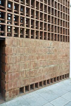 Image 11 of 17 from gallery of Brick House / Ventura Virzi arquitectos. Photograph by Federico Kulekdjian Z Brick, Brick In The Wall, Brick Facade, Brick And Stone, Detail Architecture, Brick Architecture, Interior Architecture, Interior And Exterior, Brick Detail