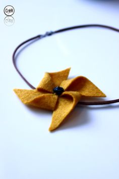 Collier inspiration moulin à vent jaune moutarde : Collier par creabricoton