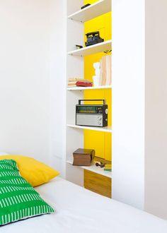 Die Schlafzimmer-Features integriert mehr Bücherregale, diesmal eine offene Gestaltung, die ermöglicht eine visuelle passieren zwischen dem Schlafzimmer und dem Rest des Hauses.