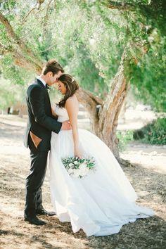 hochzeitsfoto romantisch brautpaar stirn an stirn wald