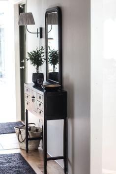 Fint lite bord Foto_Inredning_Resor_Stil  Skönhet: Svart sideboard från Baazar för smal hall , Hall makeover,