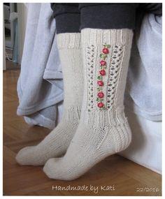 Tervehdys,  Käsitöitä kyllä syntyy, mutta tänne en ole ehtinyt päivitää juuri mitään. Kamerakin sanoi sopimuksen irti, joten jatkossa täytyy... One Color, Socks, Christmas Stockings, Knit Crochet, Knitting, Fashion, Dressmaking, Manualidades, Stockings