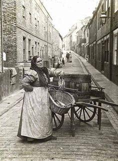 vendeuse ambulante de poisson Londres 1910